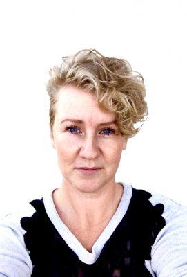 lyshåret kvinde med fronten til og hvid baggrund
