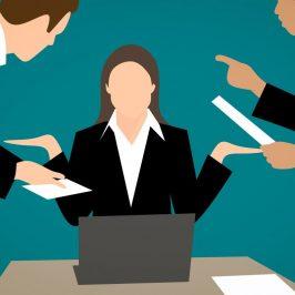 illustration af kvinde på kontor med mange opgaver