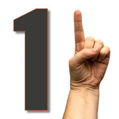 hånd der peger op og et tal